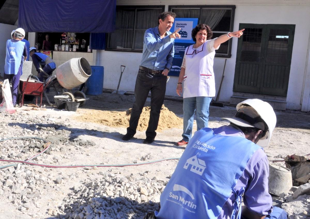 Katopodis junto a la vicedirectora de la escuela, durante la recorrida de las obras