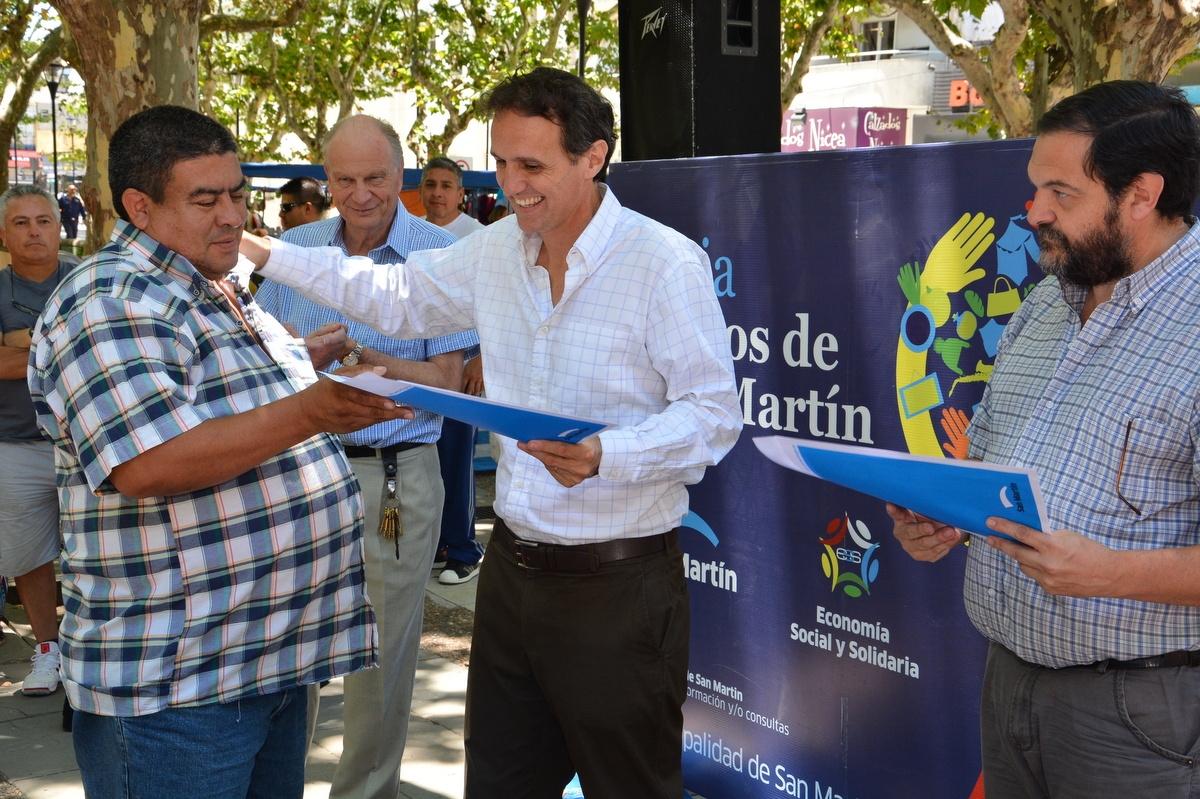 Katopodis_y_Minteguía_hacen_la_entrega_de_microcréditos_ en_la_Plaza_Central