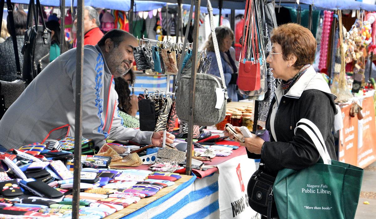 Feria Manos de San Martín en la Plaza Central