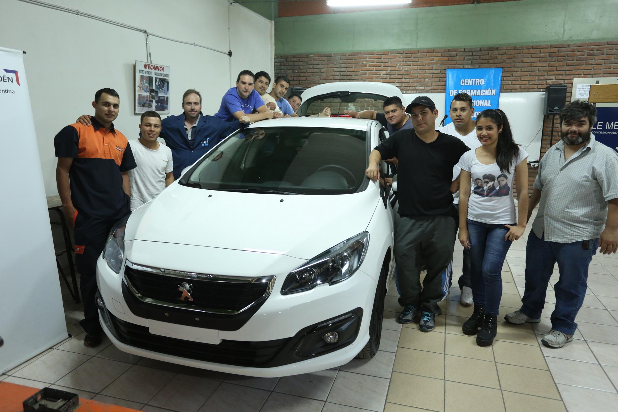 Peugeot donó un auto al Centro de Formación Profesional Nº 401 (2)